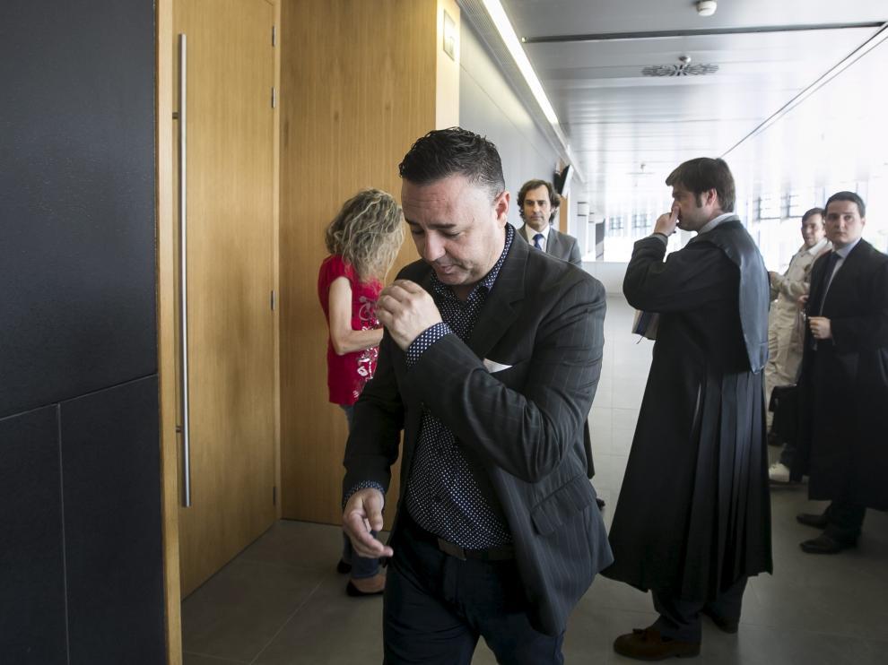 El estafador, Víctor Sarrato, en primer plano, en una de sus últimas comparecencias en los Juzgados de Zaragoza.