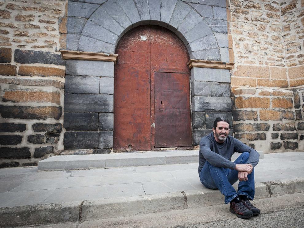 José Maria Julve, en el barrio de Berbedel, frente a la puerta de la iglesia de Nuestra Señora del Pilar.