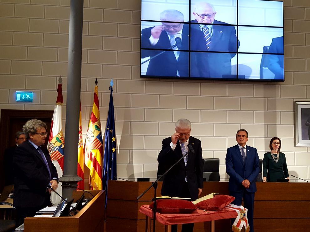 Al inicio de la sesión ha tomado posesión de su cargo el nuevo diputado del grupo popular, el concejal de Zuera José Manuel Larqué, quien sustituye a la edil de Zaragoza María Jesús Martínez del Campo.