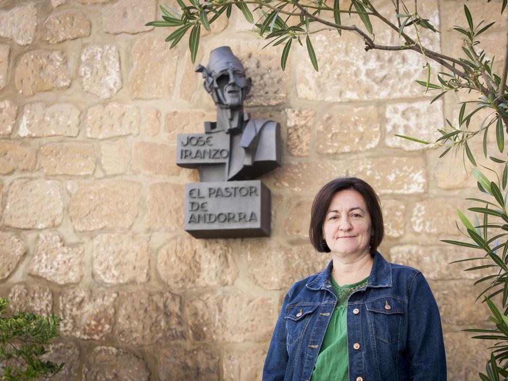 Ana Cristina Lucientes, junto al Centro Pastor de Andorra y el busto que recuerda al gran cantador de jota.