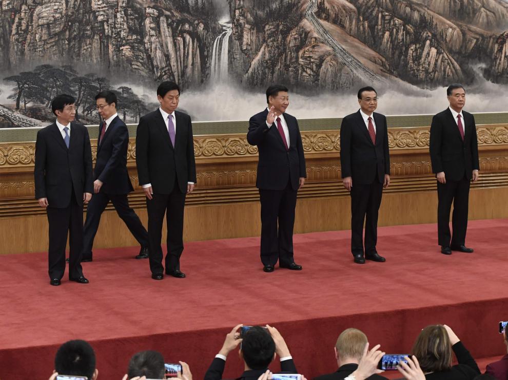 El líder con los cinco nuevos miembros.