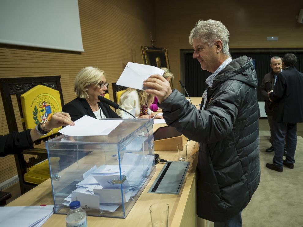 Votaciones en la sede del Colegio. Los facultativos pudieron elegir a su candidato a presidir el Colegio de Médicos de Zaragoza durante toda la jornada de ayer. La votación se hizo en la sede del paseo de Ruiseñores.
