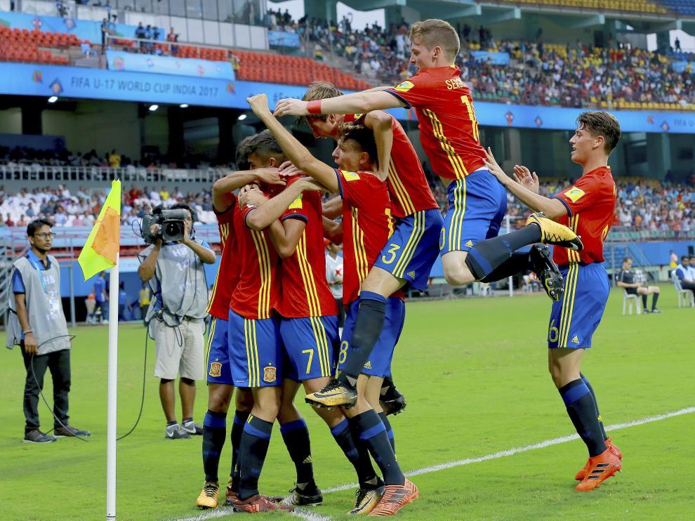 Los jugadores españoles celebran el gol.