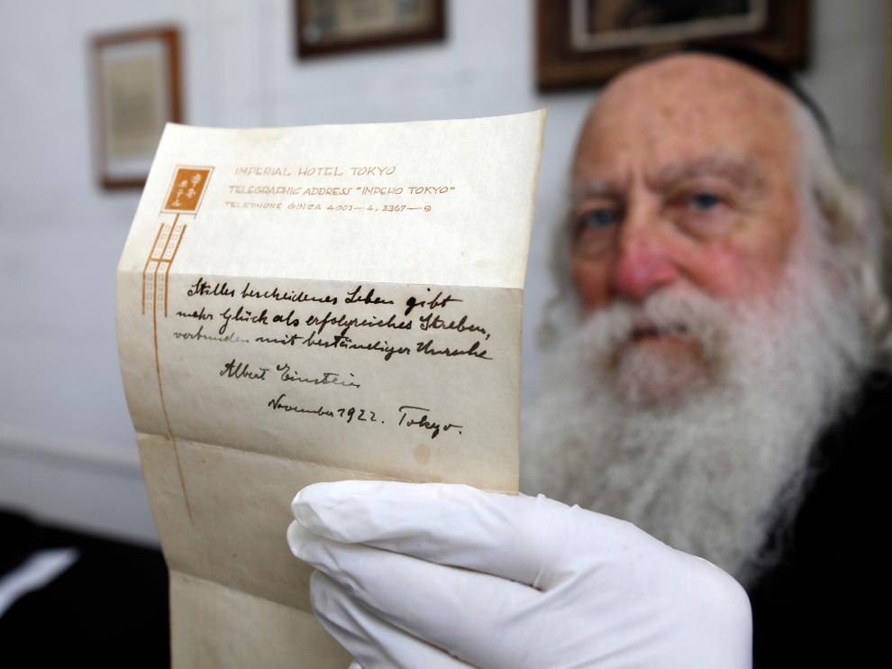 El manuscrito con el secreto de la felicidad que dejó de propina Einstein y que ha sido adquirido en una subasta por  más de millón y medio de euros.