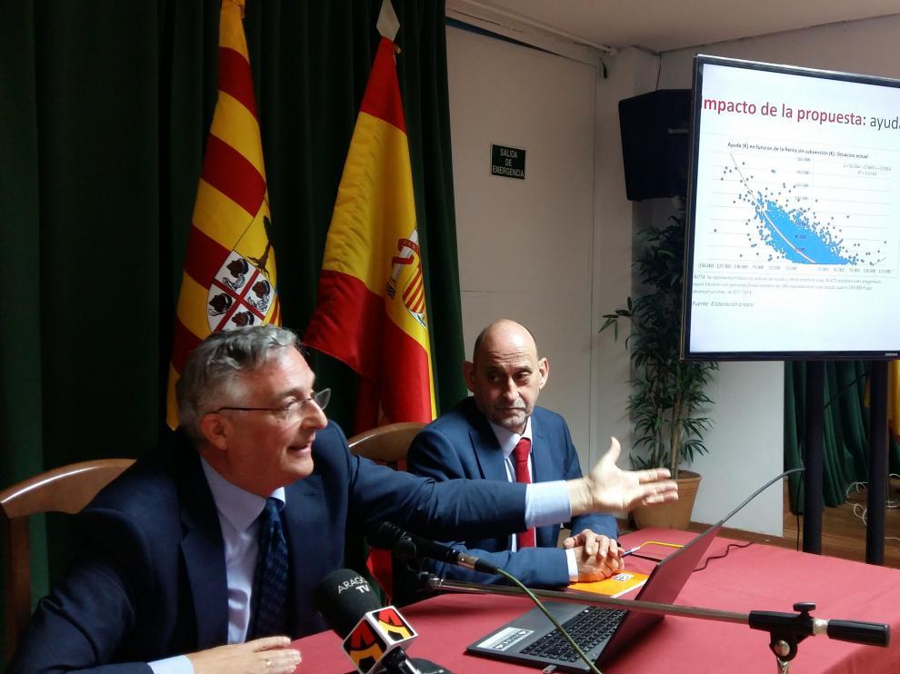 El conejero de Desarrollo Rural, Joaquín Olona, y el director general de Producción Agraria, José María Salamero, ayer en Madrid.