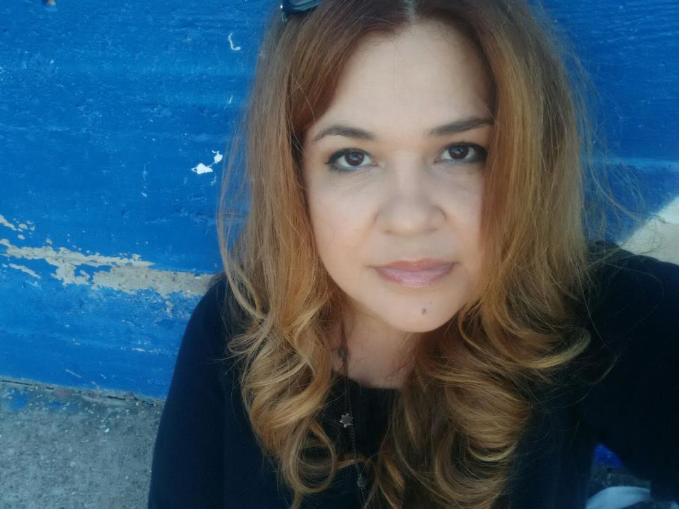 María Jesús Urdaneta, de47 años, tiene que hacer encaje de bolillos para poder salir adelante con un hijo a su cargo, de siete años. Recibe el IAI.