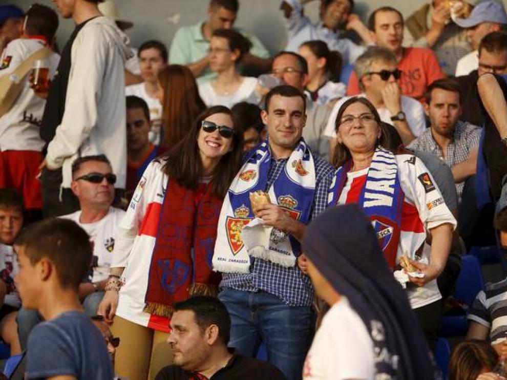 Dos seguidoras del Huesca y un aficionado del Real Zaragoza, durante un derbi en El_Alcoraz.