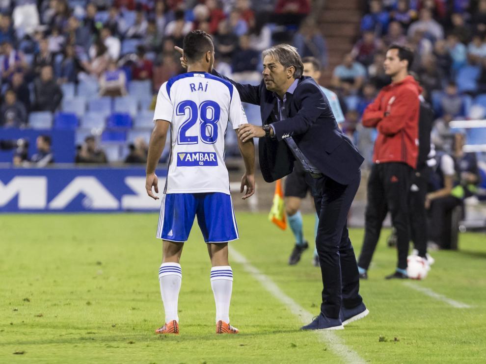 Natxo González da instrucciones a Raí en el partido contra el Valencia
