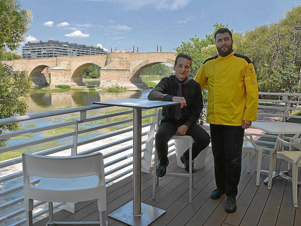 Félix Llorente y Rafael Serrano, en la terraza del restaurante Tres Mares.