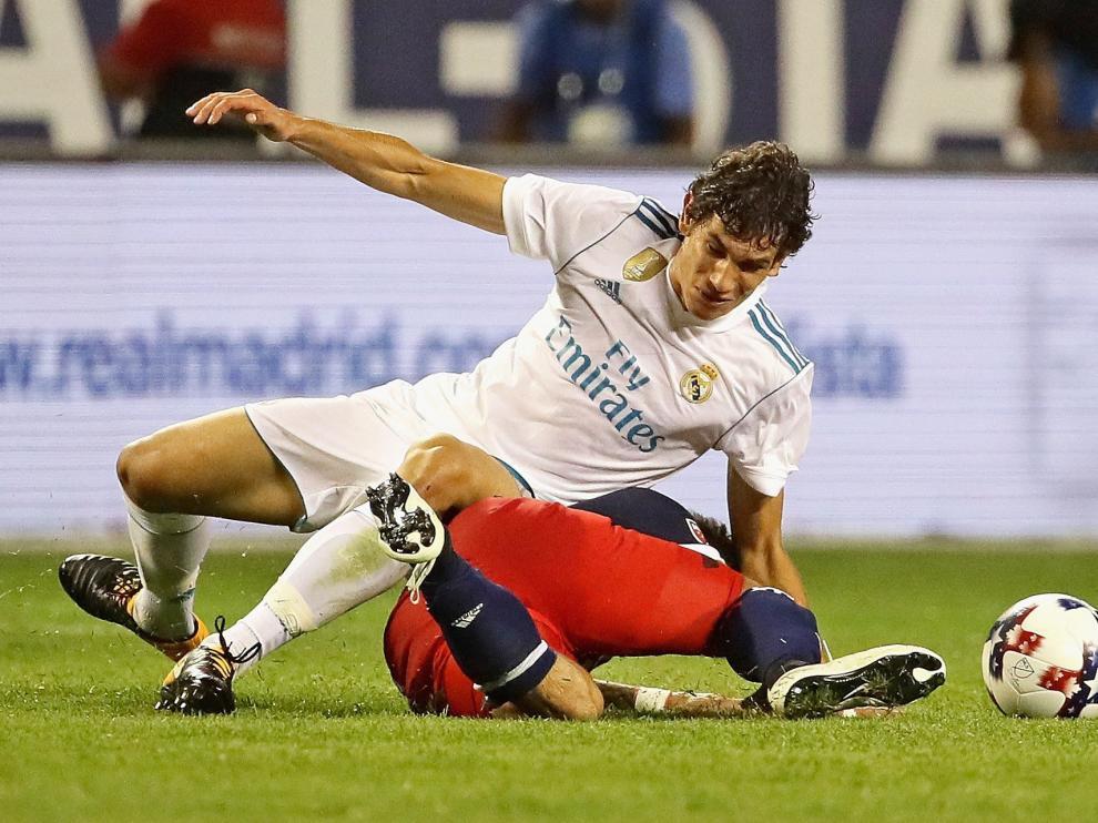 Jesús Vallejo se lanza al suelo para cortar un avance.