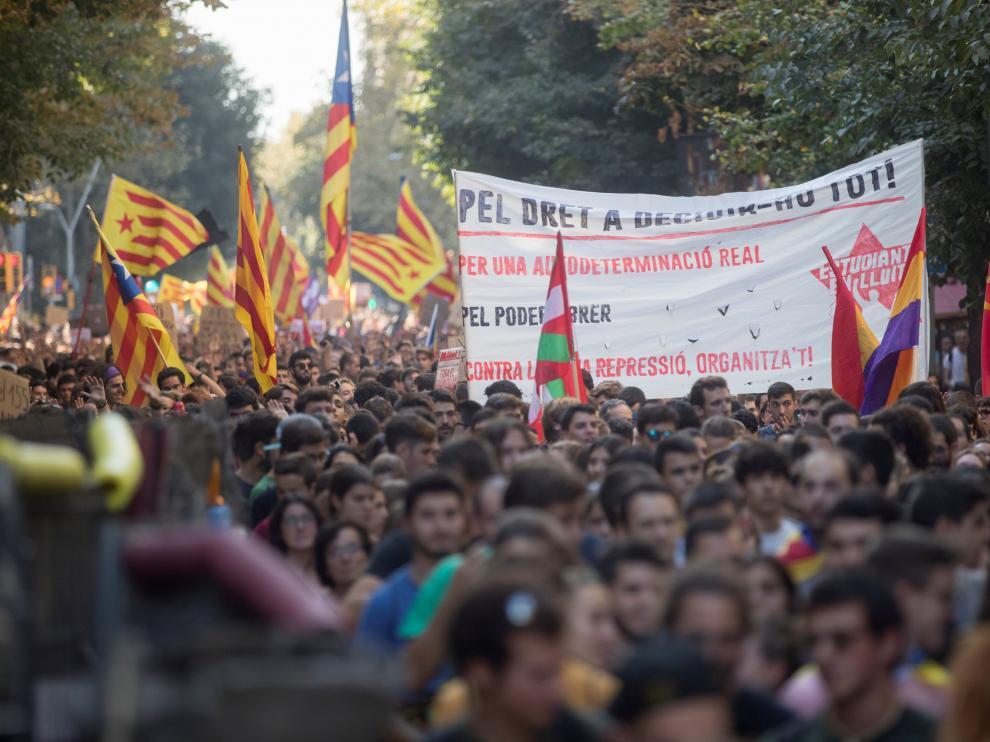 La marcha ha acabado en la plaza de Sant Jaume, para exigir al presidente de la Generalitat que proclame la república catalana.