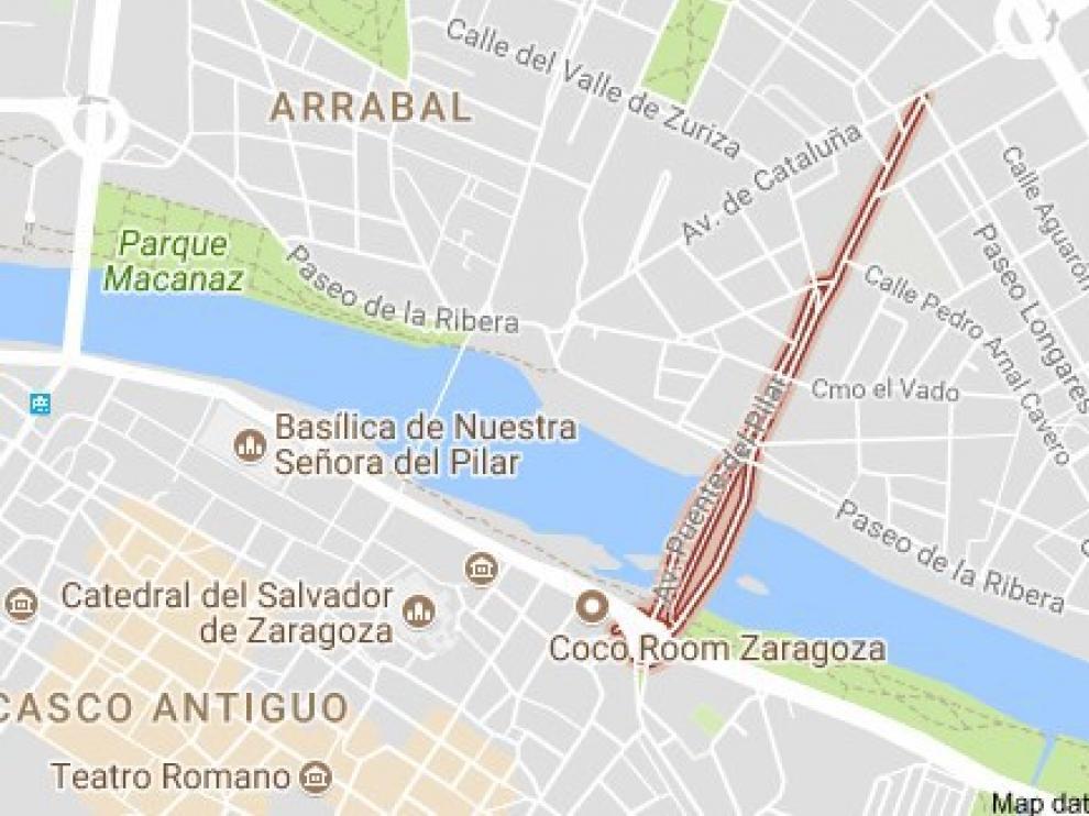 Los bomberos intervienen en un accidente entre una moto y un turismo en Zaragoza