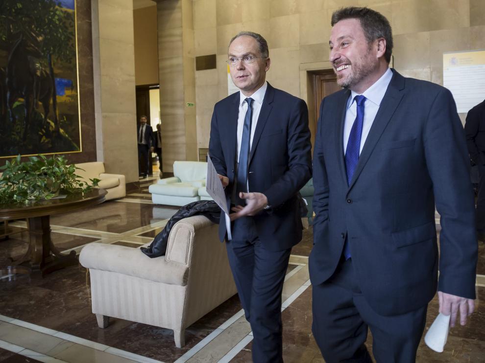 El presidente del ADIF, Juan Bravo, y el consejero de Vertebración, José Luis Soro, ayer en Zaragoza.