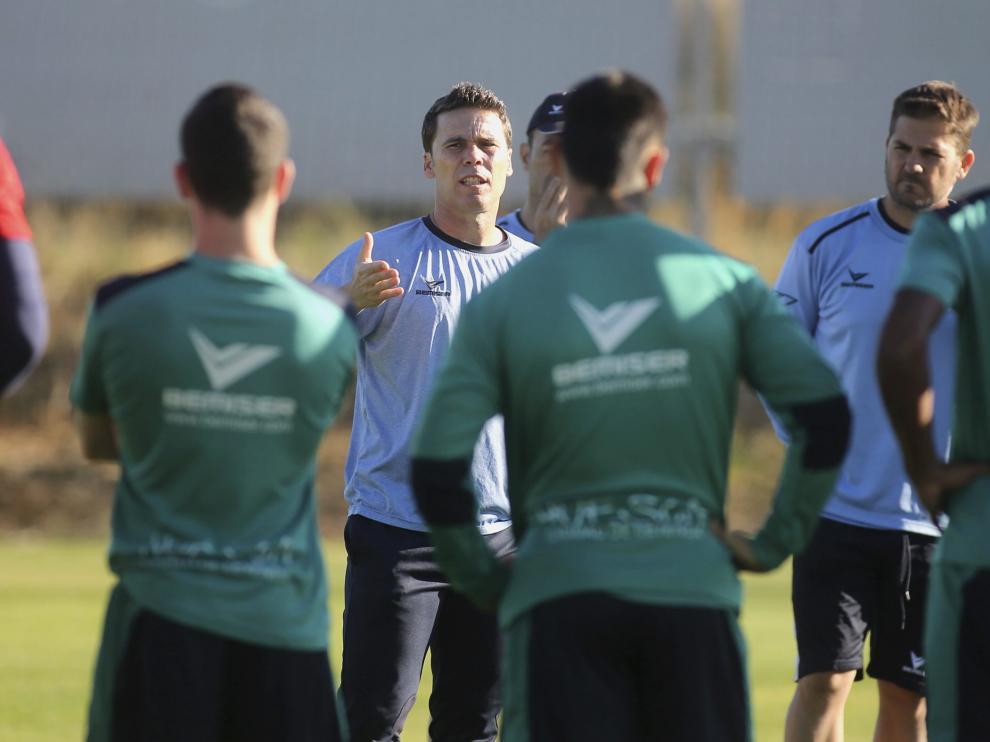 Rubi charla con sus jugadores al inicio de un entrenamiento.