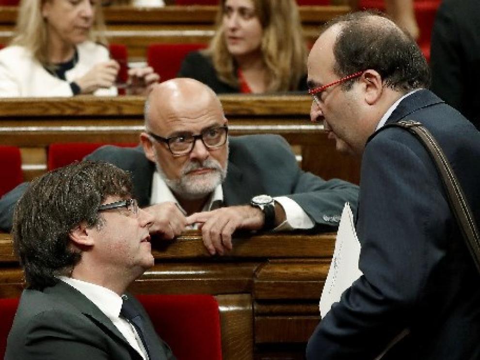 Puigdemont charla con Iceta en el Parlamento catalán