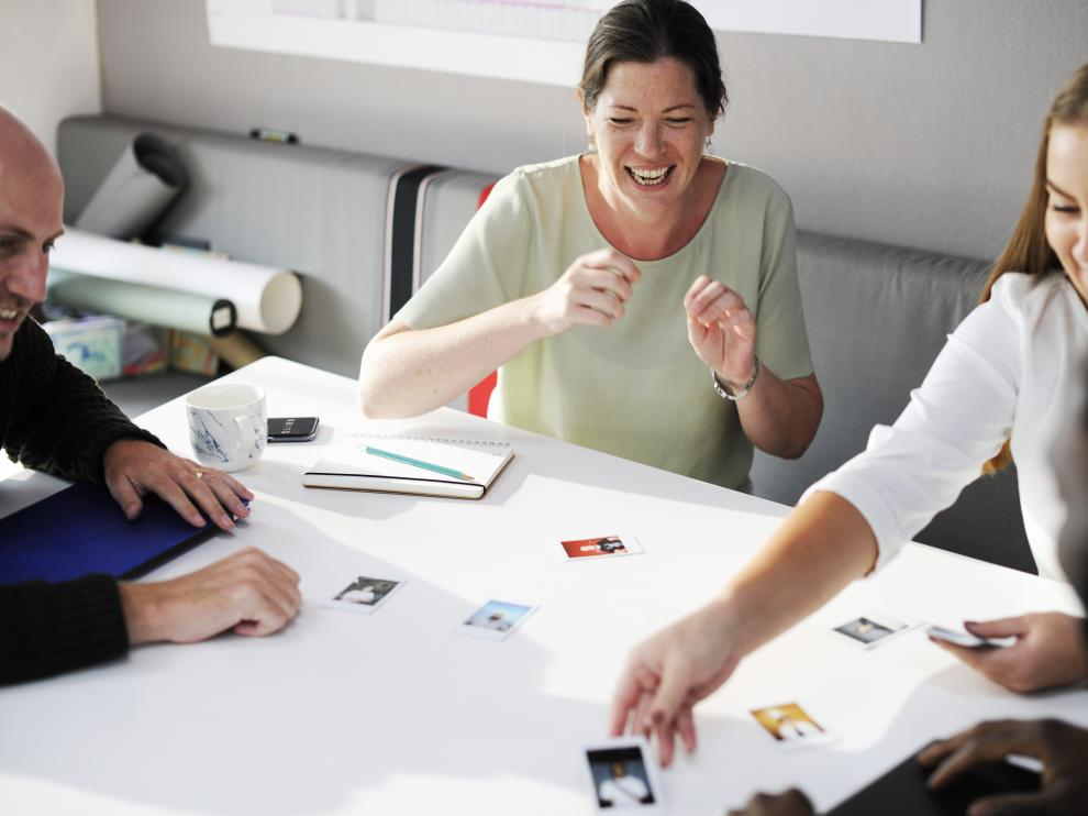 Implementar acciones en el ámbito psicosocial de la empresa, como la risoterapia,  ayuda a reducir el estrés y mejorar el clima laboral.