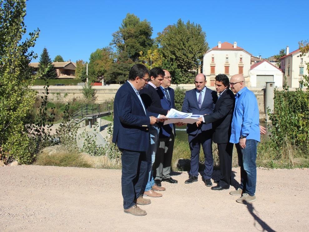 Representantes de Gobierno Central, DGA y Ayuntamiento de Alcañiz, ayer, en uno de los azudes.