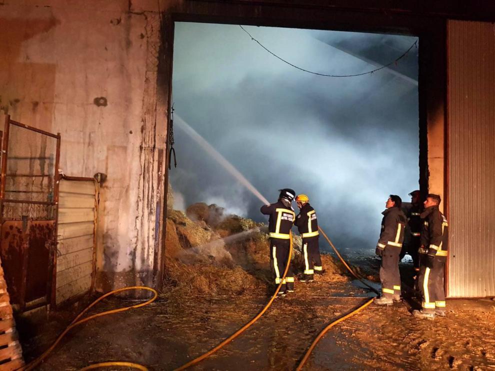 Imágenes difundidas por los bomberos del Ayuntamiento de Huesca del incendio sofocado en una nave en Robres.