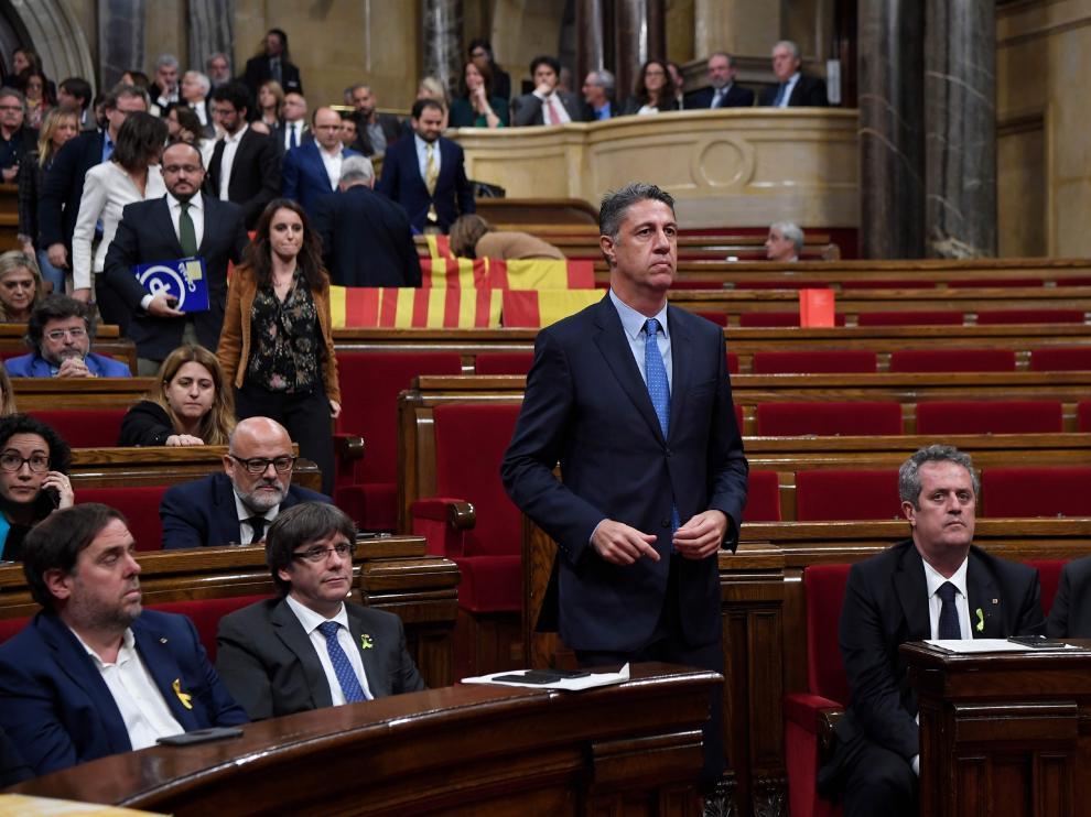 El portavoz del PP en el Parlament, García Albiol, abandona la cámara ante Puigdemont, justo antes de la votación de la declaración de independencia.