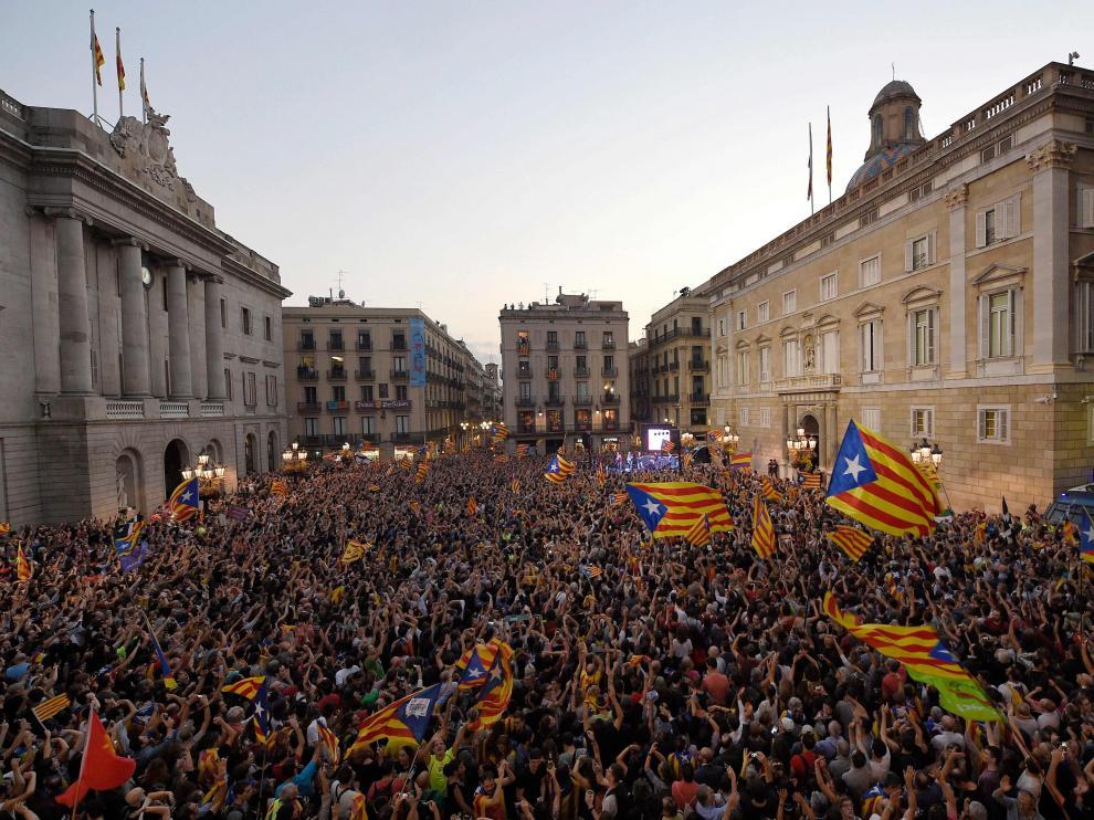 Miles de personas celebran la DUI en Barcelona