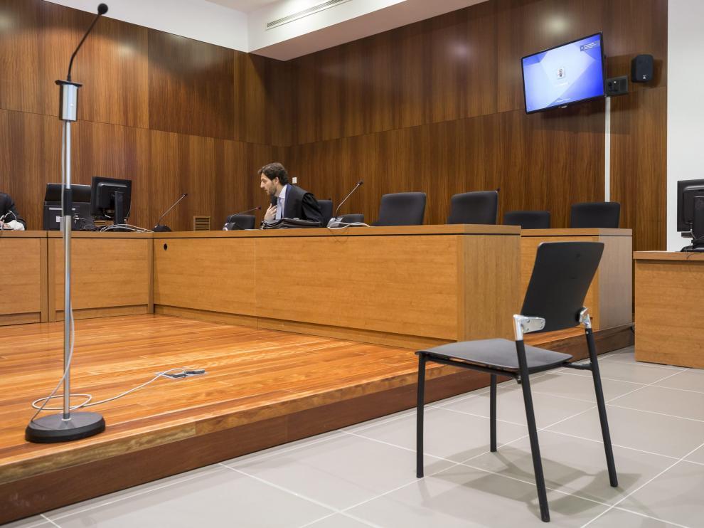 El abogado del presunto autor material de los abusos explica al tribunal que su cliente no se ha presentado al juicio.
