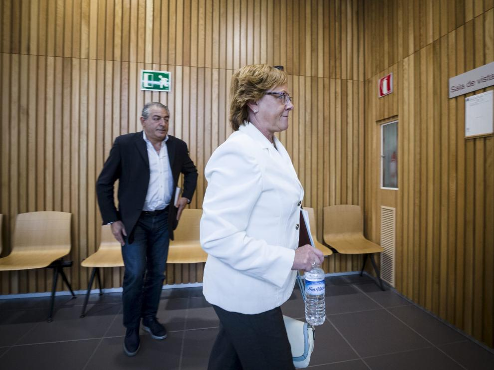 Marisol Aured y Luis Miguel Bolea, en los pasillos de la Audiencia Provincial de Zaragoza.
