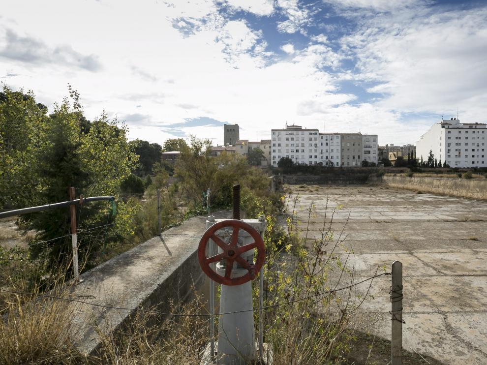 Los terrenos de los antiguos depósitos de Pignatelli están ubicados entre la calle de Santiago Guallar y el paseo de Cuéllar.