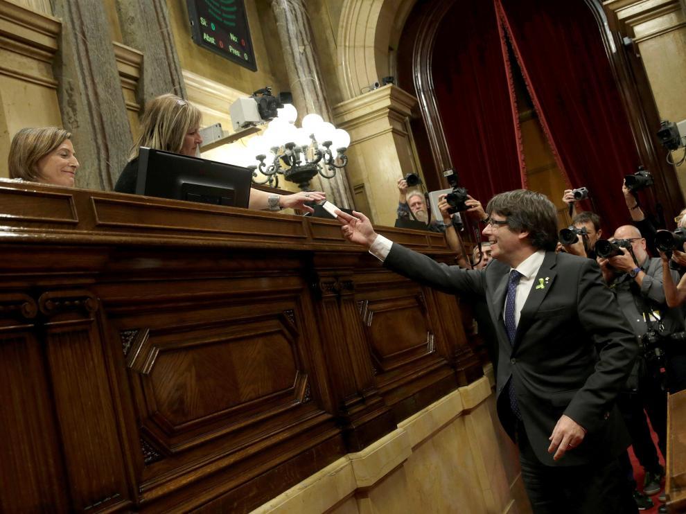 Puigdemont depositando su voto en el Parlament