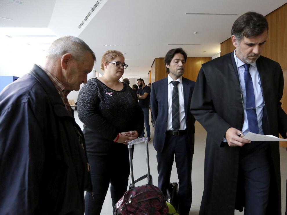 Aránzazu Mármol, junto a su padre y sus abogados, en los Juzgados de Huesca