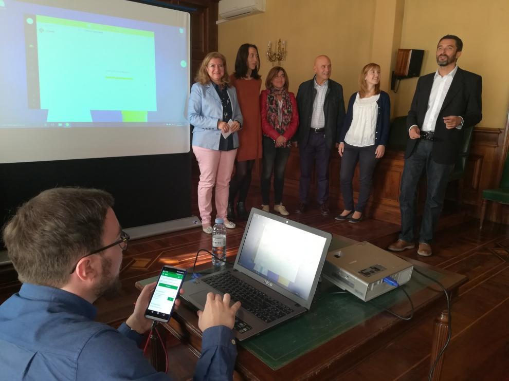 Los creadores de la App, acompañados de responsables de la AECC y de la concejala de Sanidad, María del Carmen Muñoz, durante la presentación del proyecto