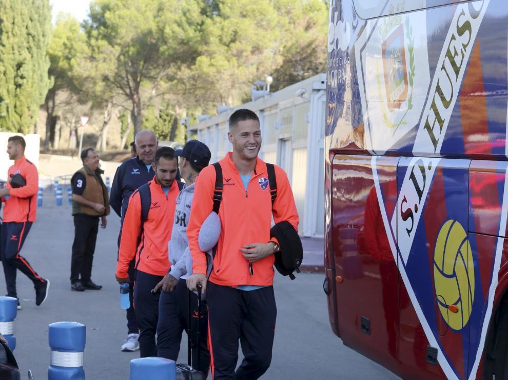 El portero Álex Remiro –en primer plano–, junto a otros compañeros en el momento de subir al autobús rumbo a Albacete.
