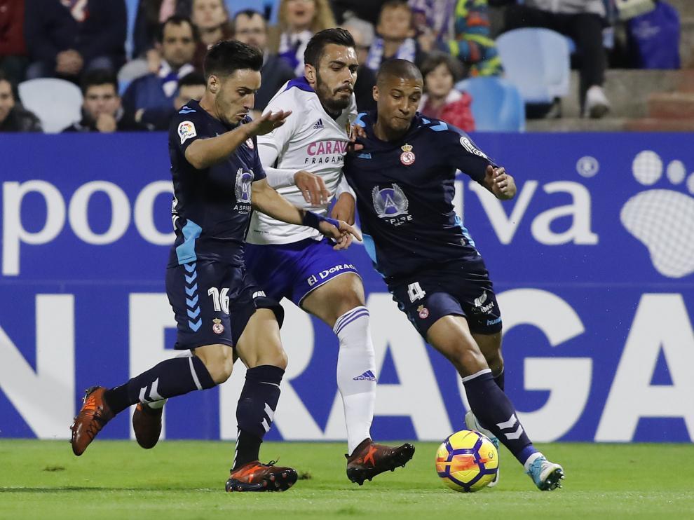 Borja Iglesias trata de avanzar ante la presión de Isaac y Zuiverloon.