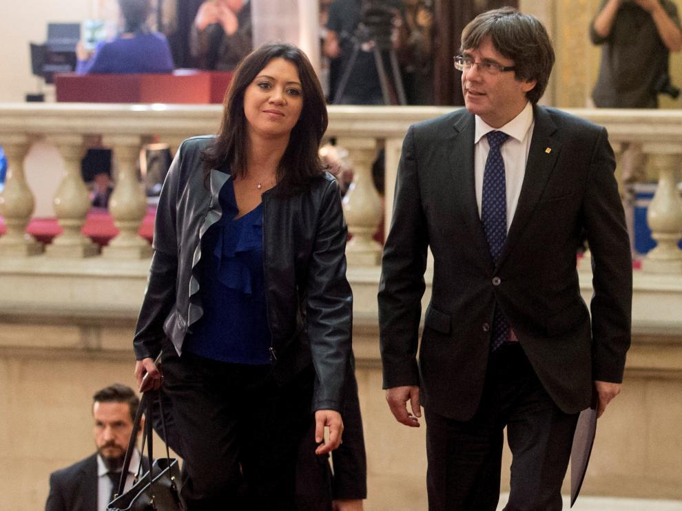 El presidente de la Generalitat, Carles Puigdemont (d), llega al Parlament acompañado de su esposa Marcela Topor (i) a su llegada al Parlament, que hoy cierra el pleno monográfico en respuesta a la aplicación del artículo 155 de la Constitución, con la incógnita de si, tras descartarse la convocatoria de elecciones, se produce una declaración unilateral de independencia.