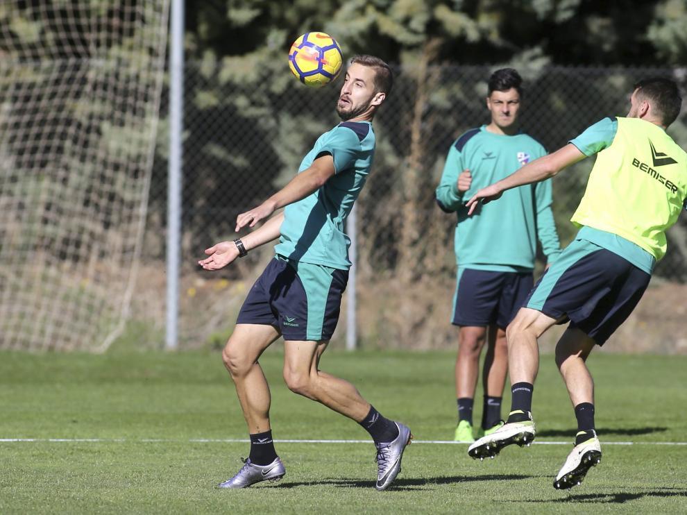 Jorge Pulido controla el balón en un entrenamiento de esta semana.