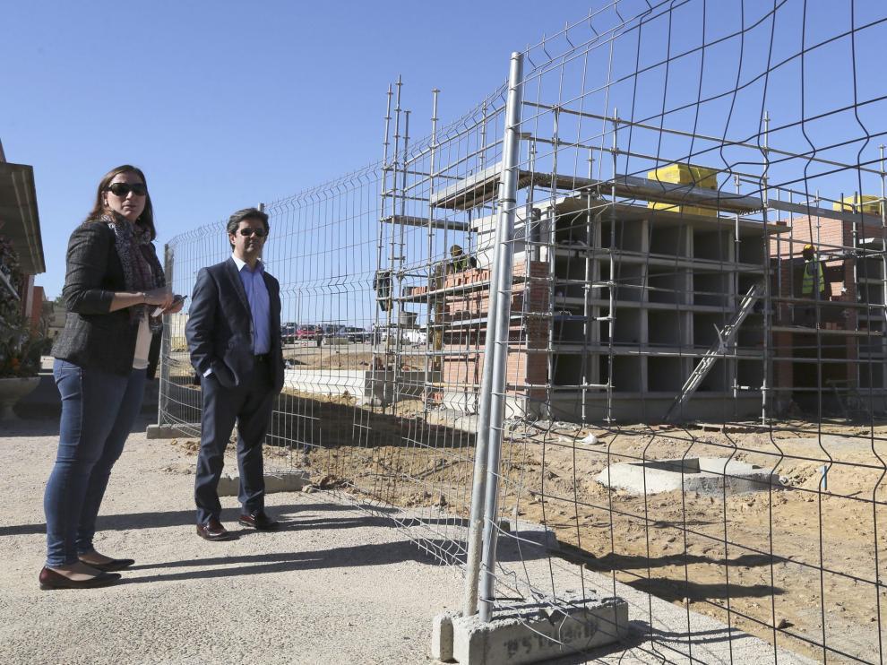 María Rodrigo y Luis Felipe visitaron ayer las obras de ampliación del cementerio de Huesca.