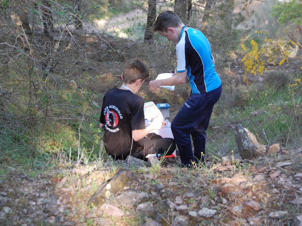Dos niños participando en la competición en los alrededores de Aguarón