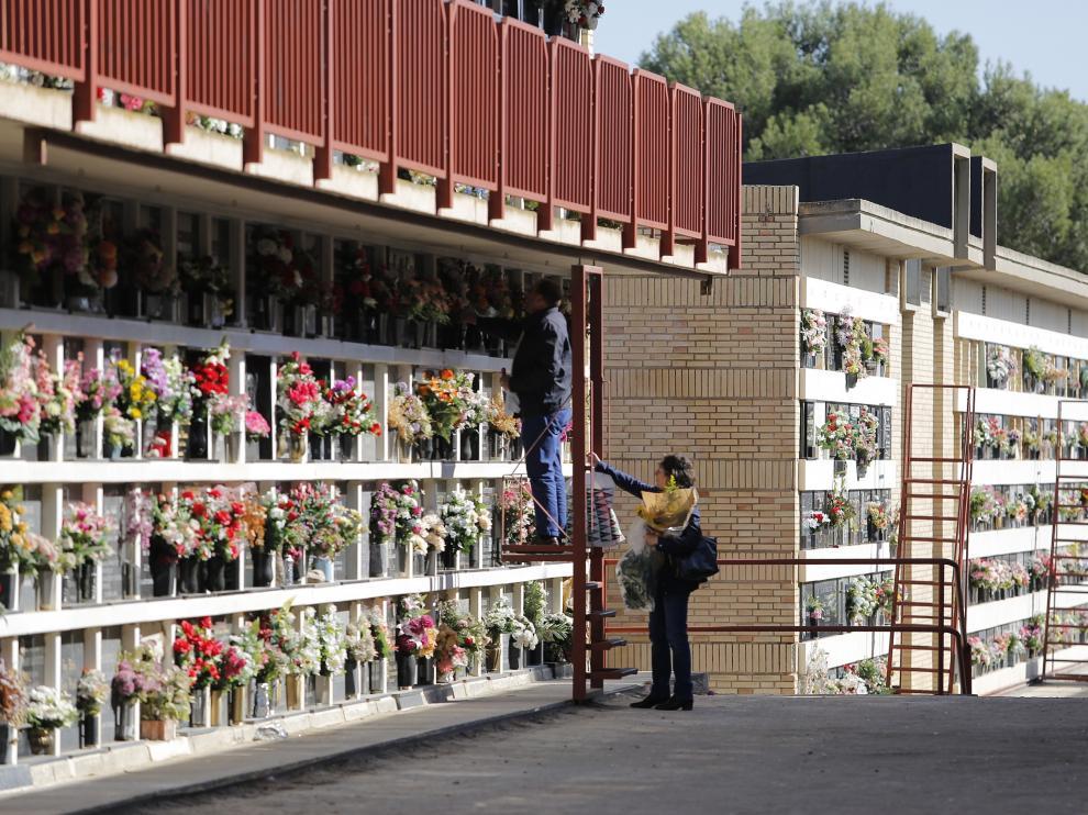Gran afluencia en el cementerio de Torrero en el fin de semana previo a Todos los Santos
