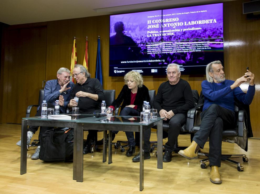 Joaquín Carbonell, Joan Manuel Serrat, Marina Rosell, Víctor Manuel y Luis Pastor, en las Cortes.