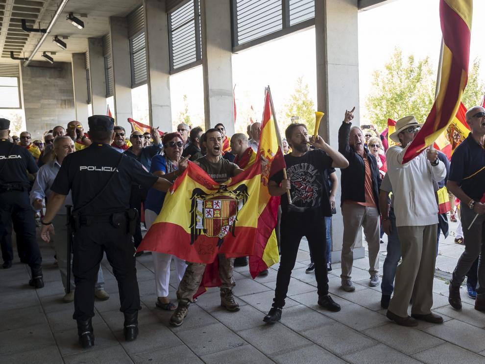 Protesta en las puertas del Siglo XXI en los momentos previos a la agresión a Violeta Barba. Uno de los asistentes, con una bandera anticonstitucional.