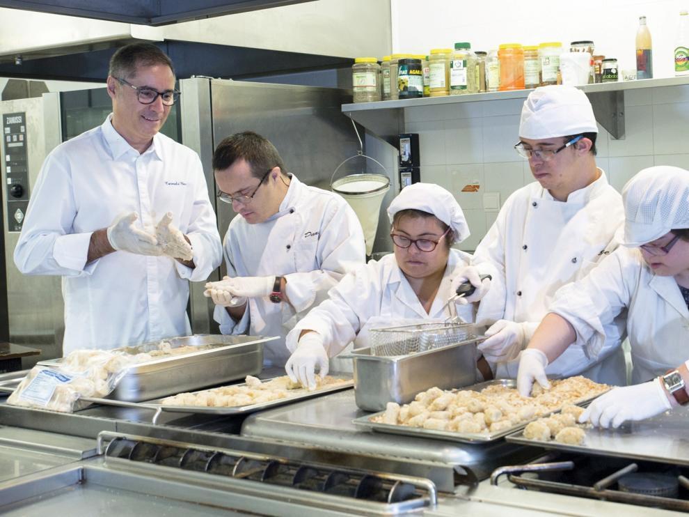 Una de las imágenes del calendario solidario de la Asociación Down con el chef Carmelo Bosque