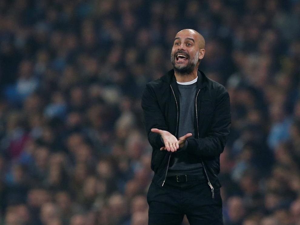 Pep Guardiola en el banquillo del Manchester City.