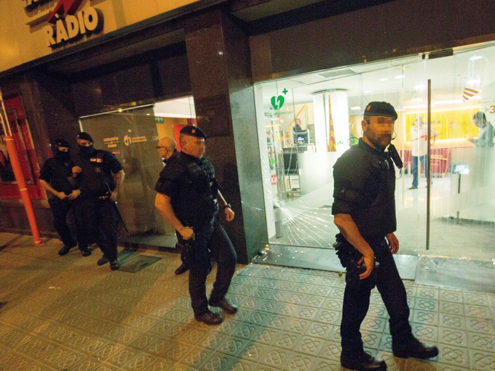 Agentes de los Mossos en la puerta de Catalunya Radio tras el ataque del viernes.