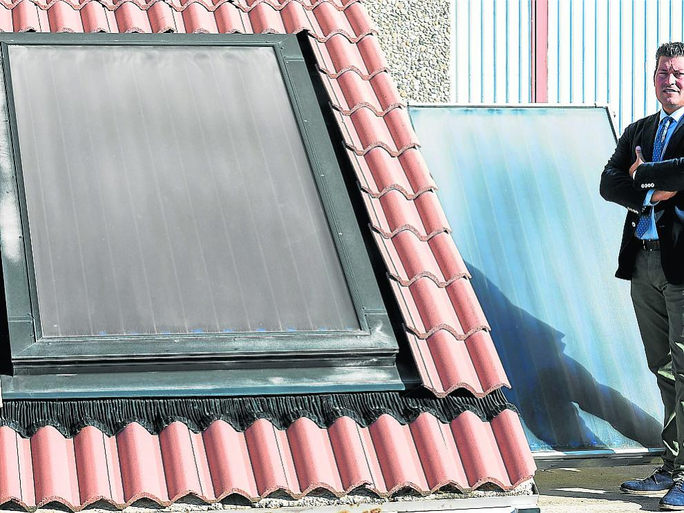 Juan José Montero, junto a uno de los paneles solares térmicos en San Mateo de Gállego.
