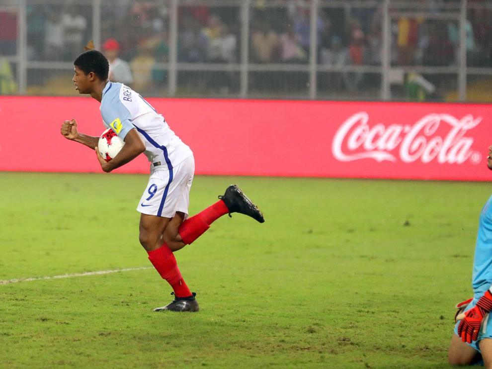 Inglaterra impone su físico al corazón de España y gana su primer título.