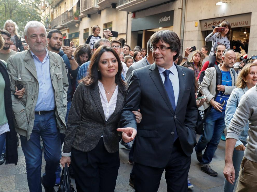 Carles Puigdemont y su mujer, Marcela Topor, paseando por Gerona