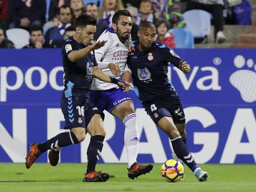 Borja Iglesias, en el partido de este viernes contra la Cultural Leonesa, taponado por Isaac y Zuiverloon en un intento fallido de penetración en el área rival.