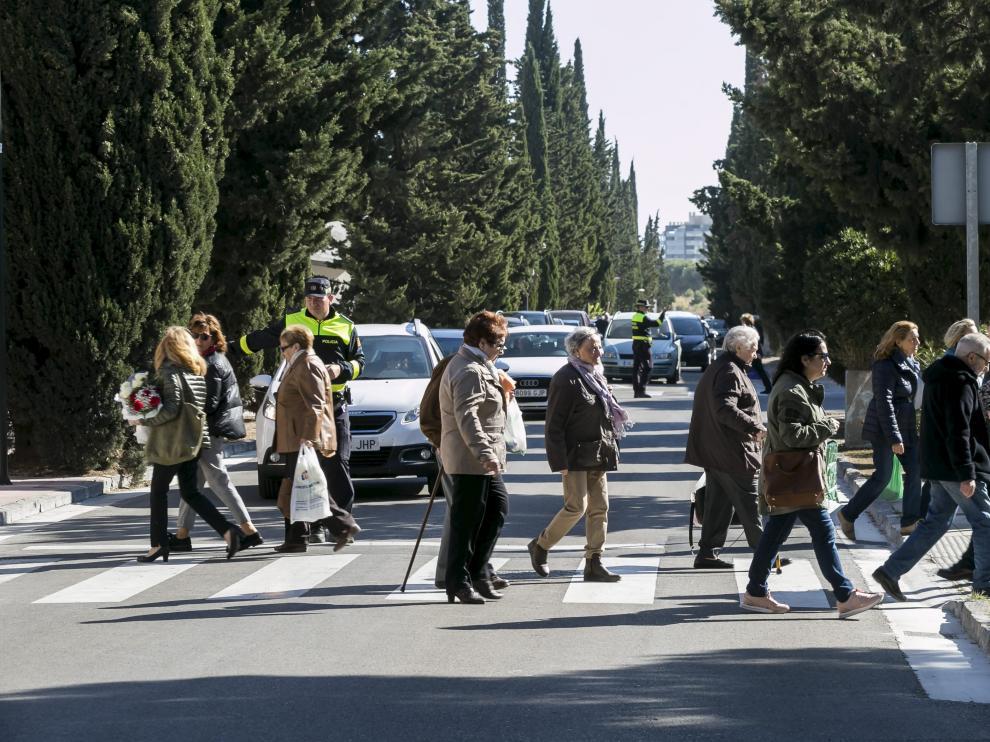 La Policía Local reguló el tráfico en el Tercer Cinturón y todos los accesos del cementerio.