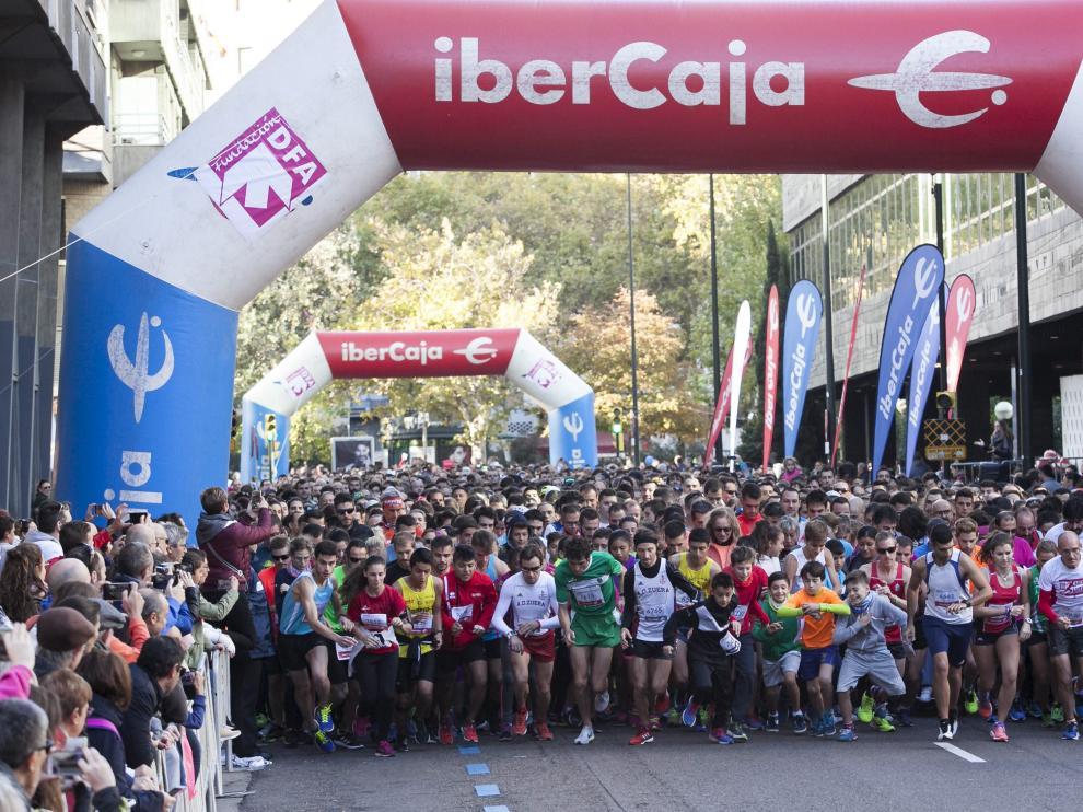 Los corredores inician la Carrera Popular Ibercaja, hoy en Zaragoza.