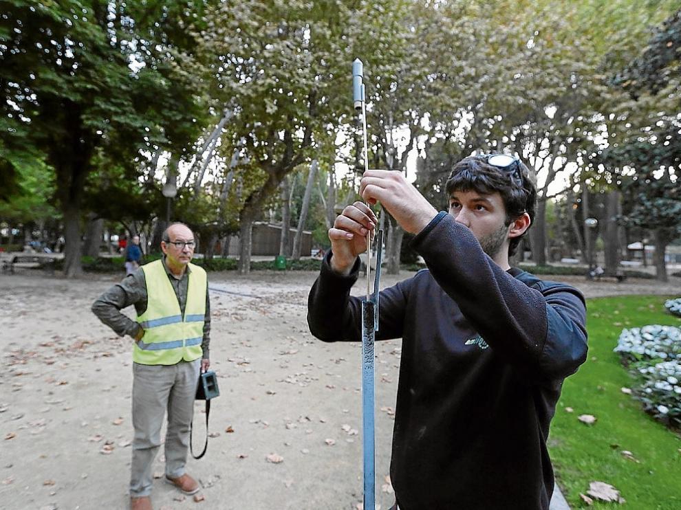 Dos trabajadores de Ambien a punto de disparar los cohetes en el paque Miguel Servet.