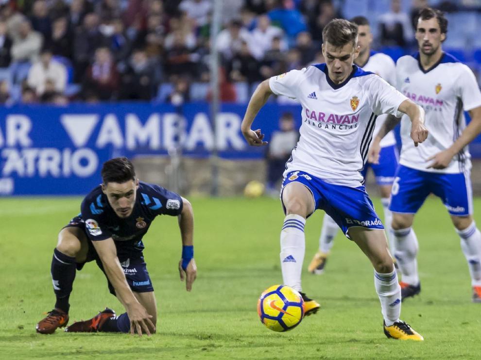 Febas pelea un balón con Isaac en el último partido del Real Zaragoza ante la Leonesa, ante la mirada de Eguaras.